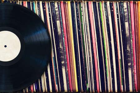 Record di vinile con copia spazio di fronte a una collezione di album (titoli fittizi), processo d'epoca Archivio Fotografico - 35086486