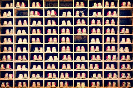 bolos: Colección de zapatos de bowling en su fondo rack, proceso de vendimia Foto de archivo