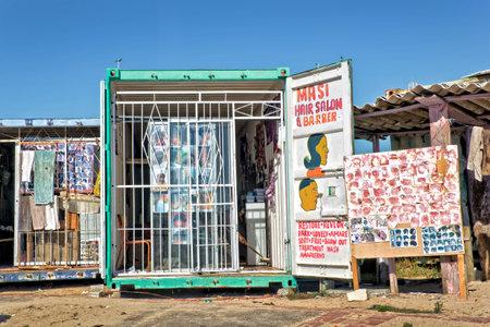 barbero: Peluquería en el municipio de Khayelitsha, fama de ser la más grande y de mayor crecimiento del municipio en Sudáfrica. Editorial