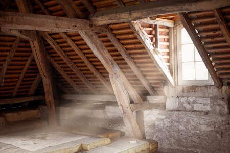 Oude zolder van een oud huis Stockfoto