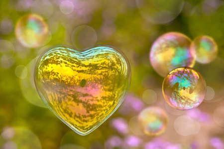 Burbuja de jabón en la forma de un corazón