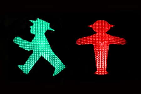 赤と緑の歩行者信号と Ampelmann の東ドイツ、ベルリン