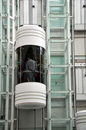 外から近代的なエレベーター ビュー
