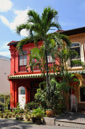 colonial house: Vibrant red colonial house