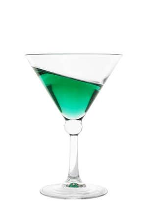 absinthe: C�ctel de vidrio lleno de bebida inclinado verde aislado en el fondo blanco
