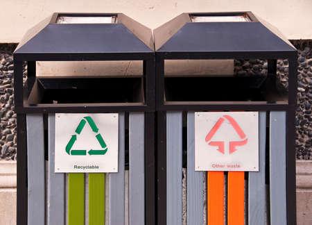 reciclable: Reciclables papeleras pública Foto de archivo