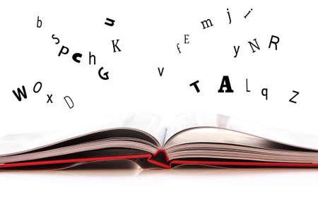 libros volando: Abra el libro aislado en el fondo blanco, cartas de vuelo