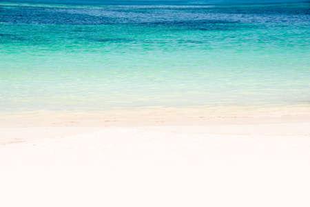 azul turqueza: Borde de una playa con agua turquesa y arena blanca Foto de archivo