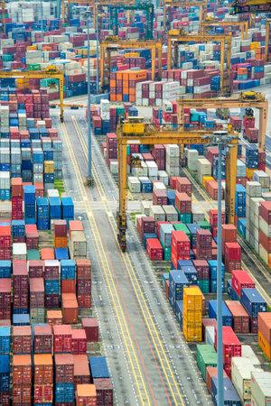 anuncio publicitario: Pilas de contenedores en el puerto de Singapur el puerto comercial asiático de mayor actividad Editorial