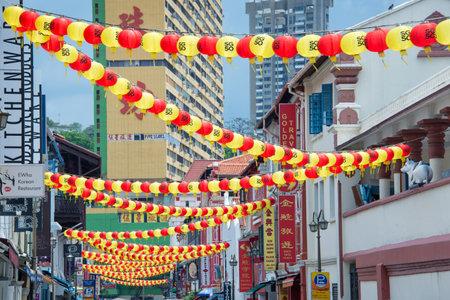 atracci�n: Linternas de colores en una calle del barrio chino en una atracci�n muy tur�stica en Singapur