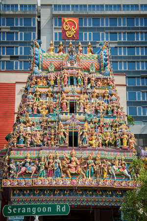 hinduist: Roof of Sri Veeramakaliamman Temple in Little India one of the oldest temple of Singapore