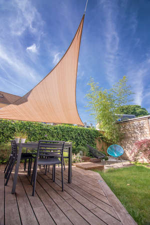 voile: Terrasse de la maison moderne en été avec table et voile d'ombrage