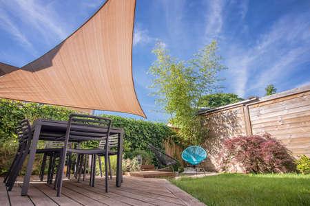 bambu: Casa moderna terraza en verano con mesa y cortina de la vela Foto de archivo