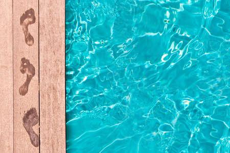수영장, 여름 개념의 갑판에 젖은 발자국