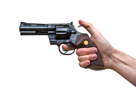 hombre disparando: Cerca de un arma de la pistola en la mano de un hombre, aislado en fondo blanco