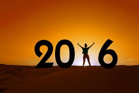 persona feliz: 2016, la silueta de una mujer de pie en la puesta de sol