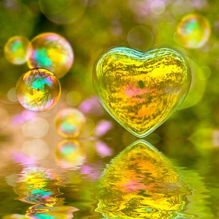 burbujas de jabon: Burbuja de jab�n en forma de un coraz�n con reflexiones Foto de archivo