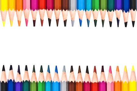 fournitures scolaires: Cadre de crayons en bois colorés isolé sur fond blanc