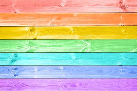 arcoiris: Pastel colorido del arco iris pintado de fondo tablones de madera