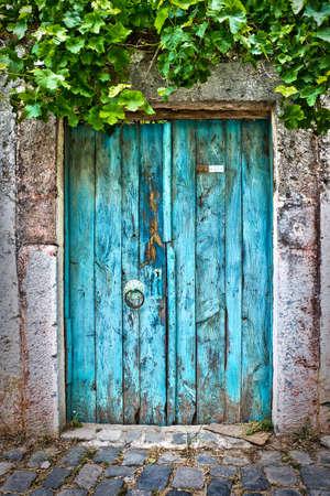 Oude blauwe deur Stockfoto