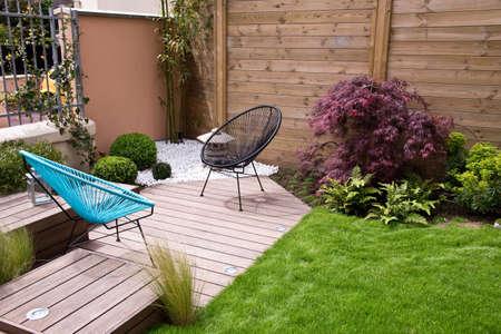 Moderne houten terras en tuin Stockfoto