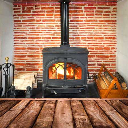 madera r�stica: Tablones r�sticos, estufa de le�a en el fondo Foto de archivo