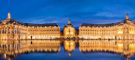 Plaats de la Bourse in Bordeaux, het water spiegel 's nachts, Frankrijk Redactioneel
