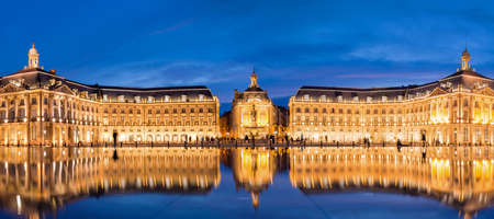 Place la Bourse in Bordeaux, the water mirror by night, France Редакционное
