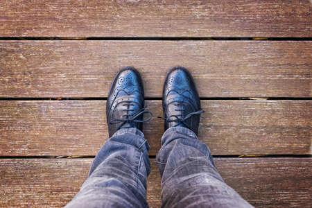 Selfie van de voet en benen met zwarte derby schoenen van bovenaf gezien, vintage proces Stockfoto