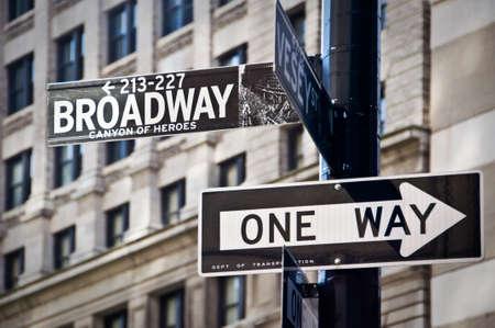 Broadway et un des panneaux de direction de façon, New York City, USA Banque d'images - 44818378