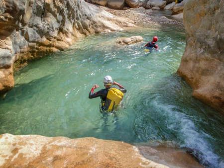 Canyoning in Barranco Oscuros, Sierra de Guara, Aragonien, Spanien Standard-Bild - 45223658