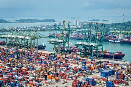 シンガポールの港、貨物船やコンテナーと忙しいアジア商業港の航空写真