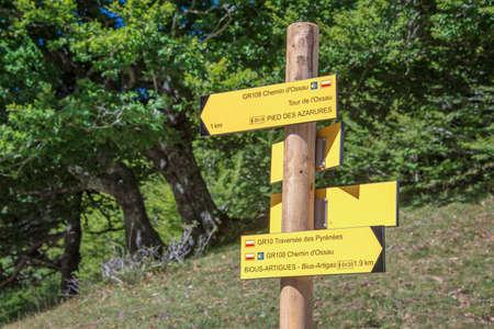 方向記号、Ossau バレー、ピレネー山脈、フランスをハイキング