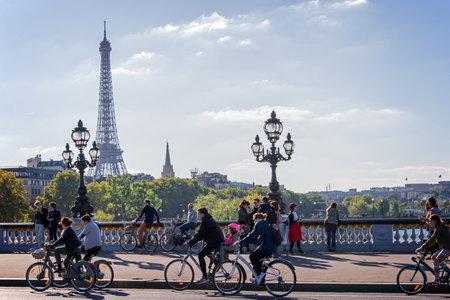 bicicleta: La gente en bicicletas y peatones disfrutan de un d�a sin coches en puente de Alejandro III en Par�s, Francia