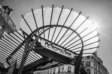 Metropolitain Art Nouveau teken met een glazen dak in Parijs Frankrijk, zwart-wit