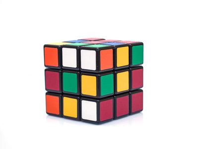 パリ フランス - 2015 年 9 月 29 日: 白い背景の上のルービック キューブ。この有名なゲームは、1974 年にハンガリーの建築家アーノ Rubik によって発明