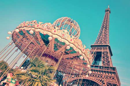 ビンテージのメリーゴーランドやエッフェル塔、パリ フランス