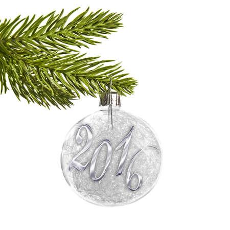 arbol de pino: 2016 en una bola de Navidad colgando de una rama aislado en blanco