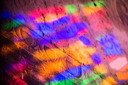 iglesia: Reflexiones de una ventana de vidrio de color Staines en una iglesia
