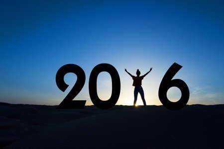 nouvel an: 2016, la silhouette d'une femme debout dans le soleil, ciel bleu