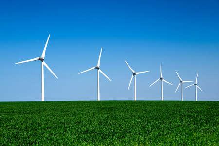 Grafische moderne landschap van windturbines uitgelijnd in een groen en geel veld