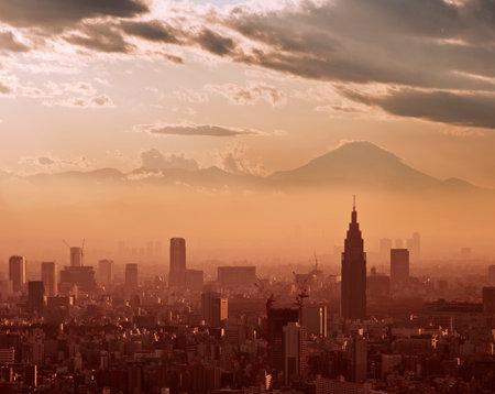 atmosfera: Vista aérea de Tokio en la puesta del sol, con la silueta del monte Fuji en el fondo
