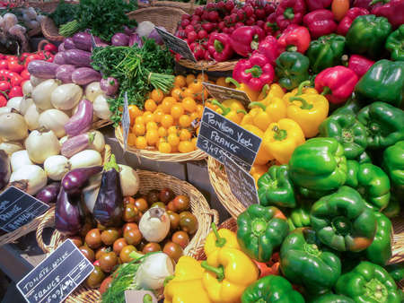 Obst-und Gemüsemarkt in Frankreich Standard-Bild - 52534096