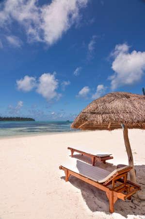 Transats et parasol sur une plage tropicale, île des Pins, Nouvelle-Calédonie