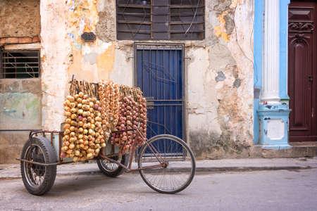 Las cebollas vendedor en una calle de La Habana Vieja, Cuba