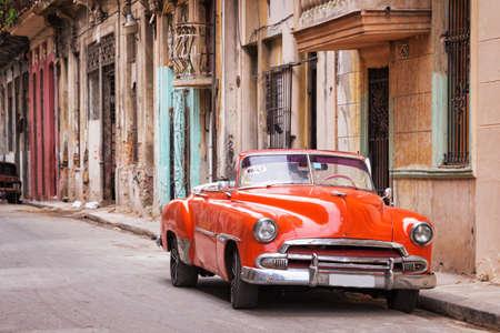 Archiwalne klasyczny amerykański samochód na ulicy w Starej Hawanie, Kuba Zdjęcie Seryjne