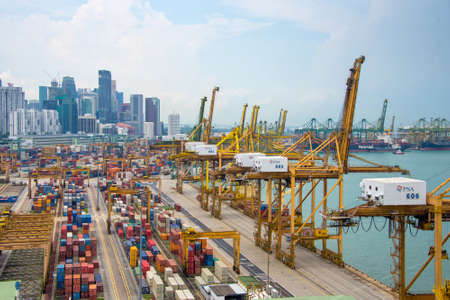 Vista aérea del puerto de Singapur, el puerto comercial asiático más ocupado con los buques de carga y contenedores Editorial
