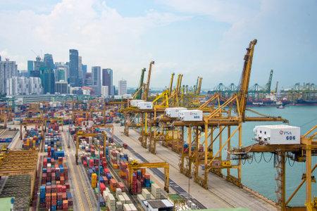 Vue aérienne du port de Singapour, le port commercial asiatique le plus achalandé avec des navires de fret et conteneurs Éditoriale