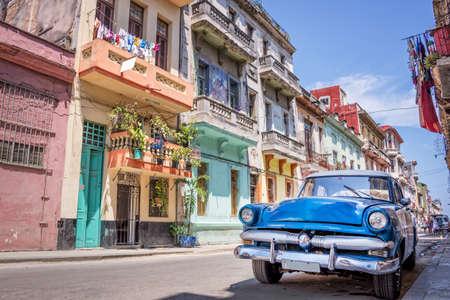 Archiwalne klasyczny amerykański samochód w Hawanie, Kuba