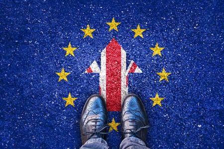Brexit、イギリスと足でアスファルトの道路に欧州連合の旗